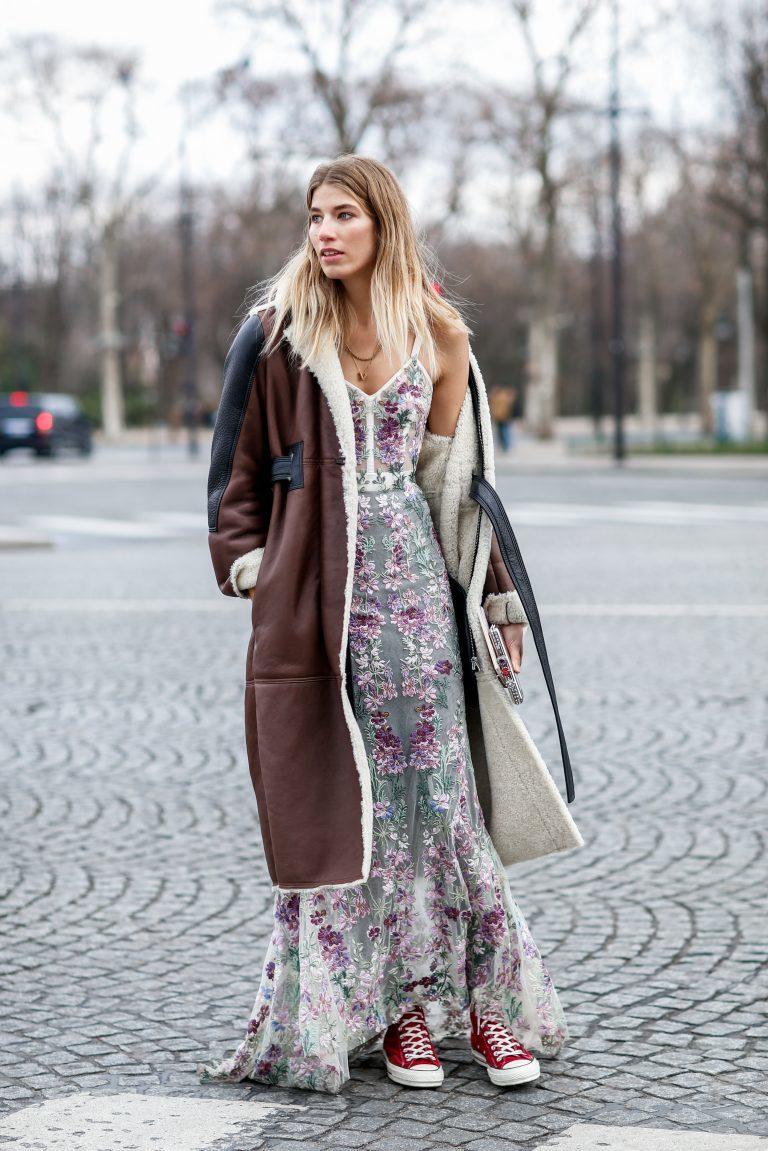Tendência Outono 2018: vestido bordado com casacão