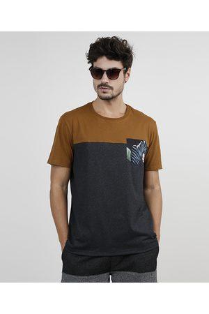 Clockhouse Camiseta Masculina com Bolso Estampado de Folhagem com Recorte Manga Curta Gola Careca Mescla Escuro