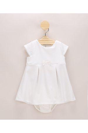 BABY CLUB Vestido Infantil Texturizado com Pregas e Laço Manga Curta + Calcinha Off White