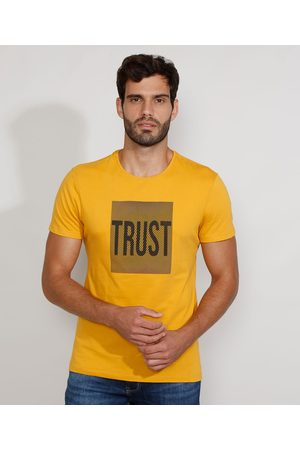 "AL Contemporâneo Camiseta Masculina Slim Manga Curta Gola Careca Trust"" com Relevo Mostarda"""