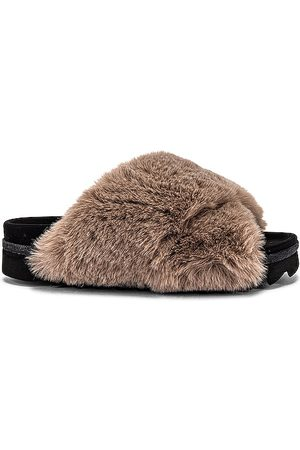 R0AM Mocassim & Slippers - Cloud Faux Fur Slippers in Beige. - size 36 (also in 40)