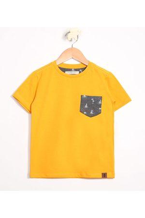 PALOMINO Camiseta Infantil com Bolso Estampado de Coqueiros Manga Curta Gola Careca Mostarda