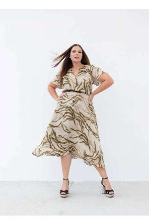 Pianeta Mulher Vestido Médio - Vestido Almaria Plus Size Midi Yoriu Estam